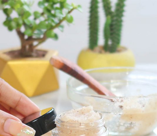 LIP SCRUB FOR LIGHTENING AND PLUMPING LIPS